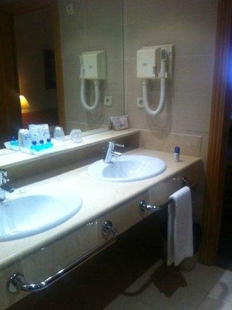 Aparto Suites Muralto: Baño, muy limpio y amplio