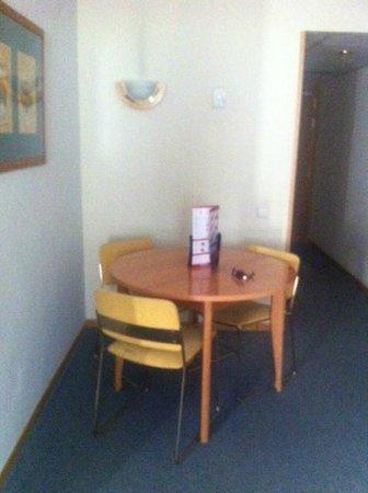 Aparto Suites Muralto: Mini comedor