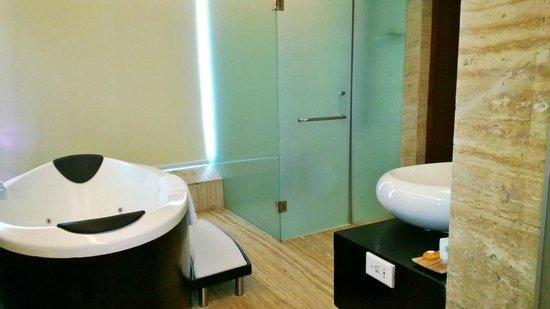 Galaxy Hotel & Spa: Bathroom