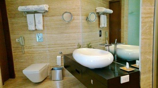 Galaxy Hotel & Spa : Bathroom