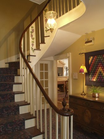 Grape Arbor Bed and Breakfast: Historic classical staircase