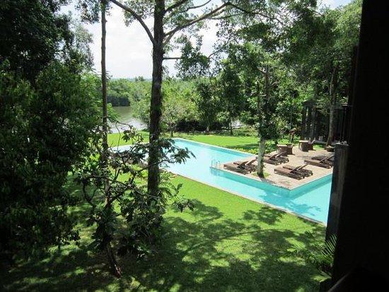 Roman Lake Hotel: Greeneery around