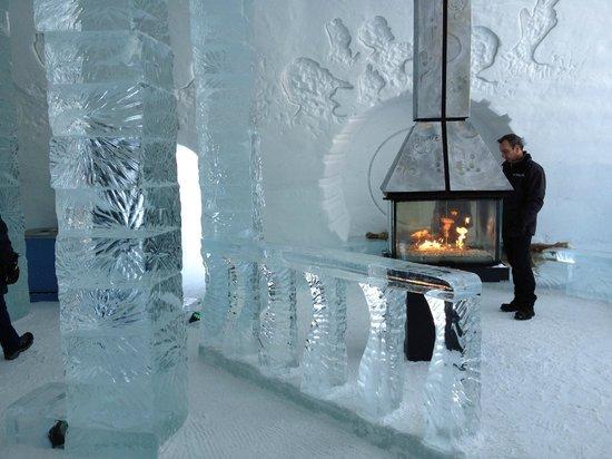 Hôtel de Glace : Il y a meme le chauffage dans le hall !