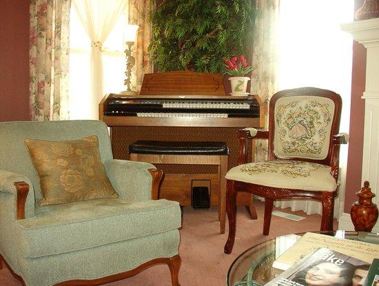 John's Gate Gourmet Bed and Breakfast: Living room