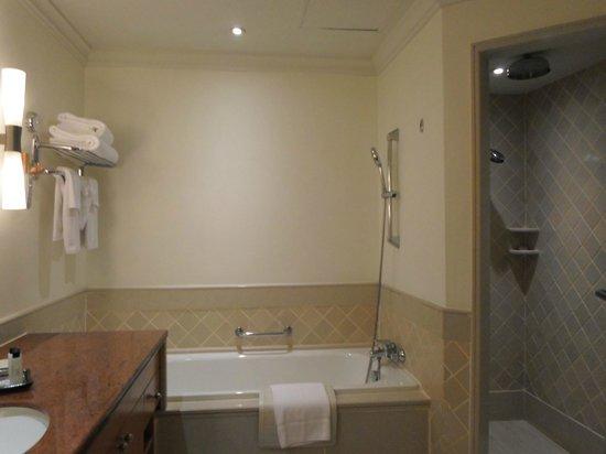 Mayfair, Bangkok - Marriott Executive Apartments: bath room with bath tub and shower room