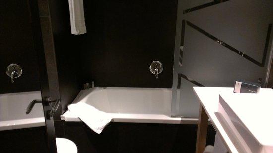nice bathroom and amenities