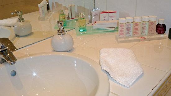 Jays Paris: Clarins Toiletries