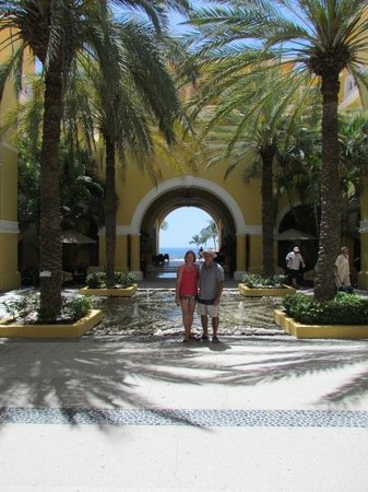 Dreams Los Cabos Suites Golf Resort & Spa: in the open foyer area ..beautiful spot