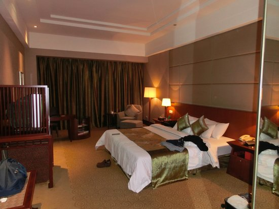 Golden Hotel: Nice and Large Bedroom