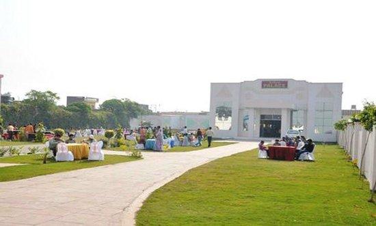 City Mahal: Garden & Resort