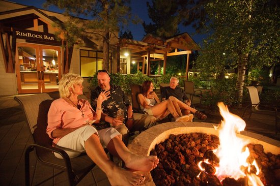 WorldMark Bend - Seventh Mountain Resort: Firepit at Seasons Restaurant