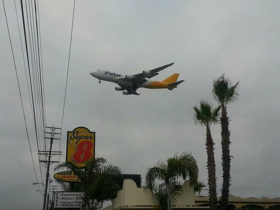 Super 8 Los Angeles Airport: Constant jet traffic will keep you awake.