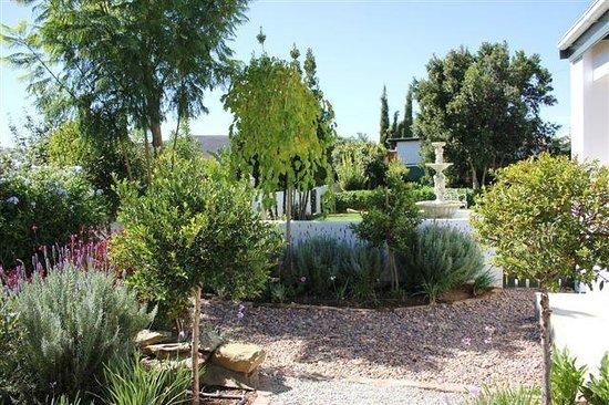 Old Village Lodge: The beautiful garden