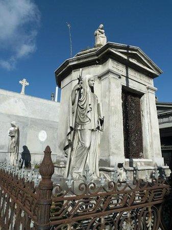 Cultura Cercana Tours: Recoleta Cemetary