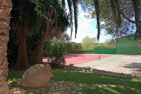 Petit Hotel Rural Son Jorda: Foto de un trocito de jardín y pista de tenis