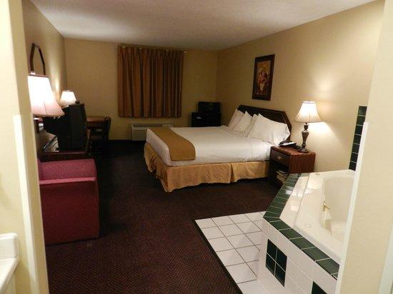 Luxury Inn & Suites: Hot Tub Suite view 2