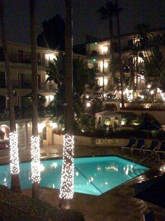 Beverly Hills Plaza Hotel: Di sera