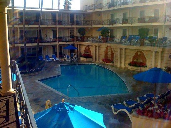 Beverly Hills Plaza Hotel: La piscina