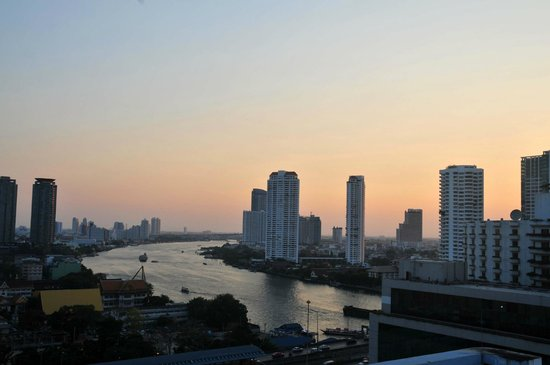 Centre Point Hotel Silom: View of river from balcony