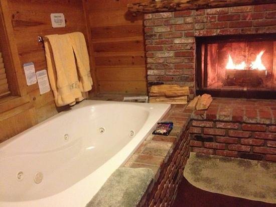 Cozy Hollow Lodge: In room jacuzzi tub for two.