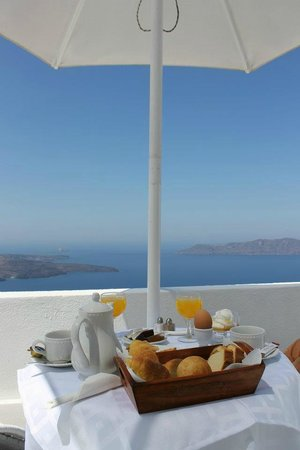 Aeolos Studios & Suites : Our breakfast on terrace in Aeolos studios and suites
