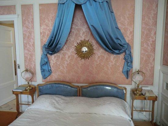 Hotel Negresco: Bett mit Wanddekoration
