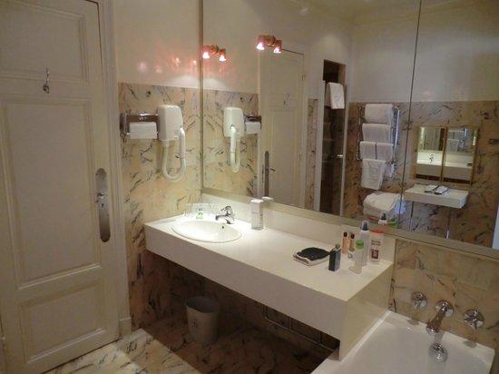 Badezimmer mit Kunststoff-Waschbecken - Bild von Hotel ...