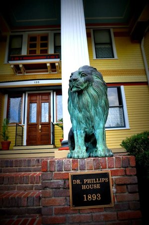 The Courtyard at Lake Lucerne: Lions at entrance to Dr. Phillips House