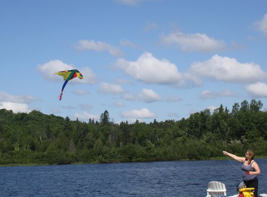 Woodland Echoes Resort: Flying a kite