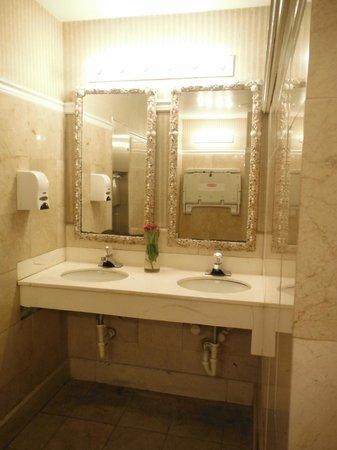 Paradise Island Harbour Resort All Inclusive: Pretty Lobby Bathroom