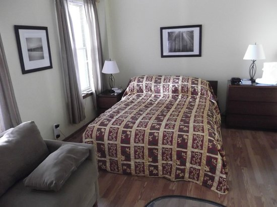 Dewitt Hotel & Suites: Queen size bed