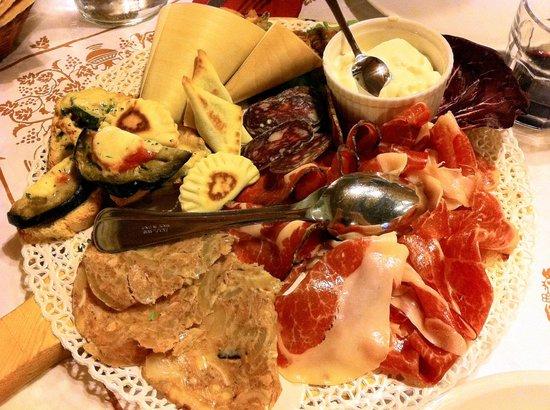 Savio di Ravenna, Italia: Antipasto con affettati di Mora, ciccioli, verdure fritte, squacquerone, crescioni, crostini
