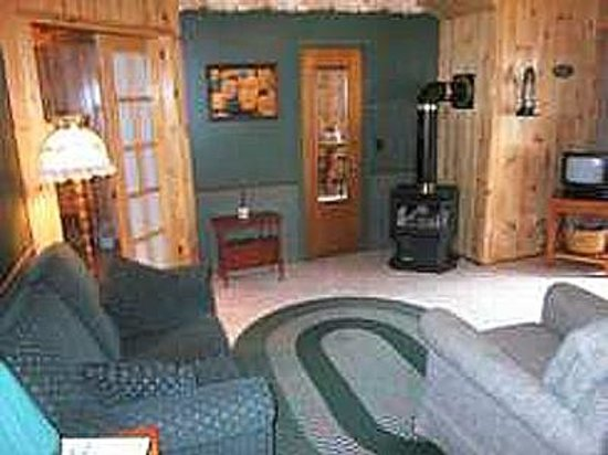 Woodland Echoes Resort : Cottage #7 Living area