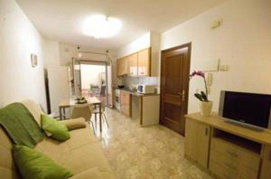 Apartments Figueres: Cocina y Comedor