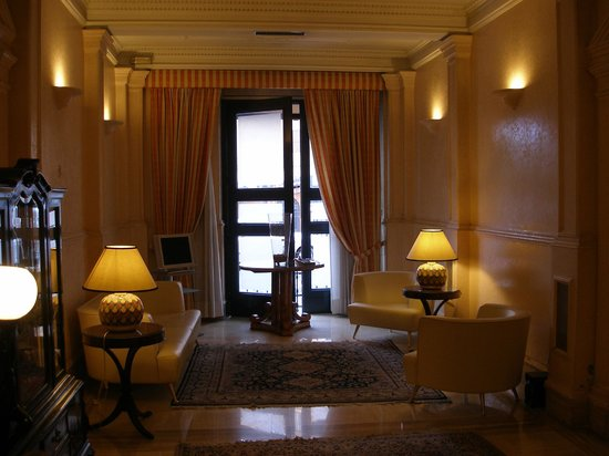 Hotel Laurentia: Interno hall e postazione internet