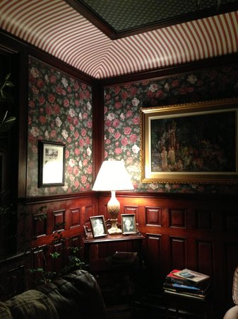 Olde Staunton Inn: The library was picture perfect