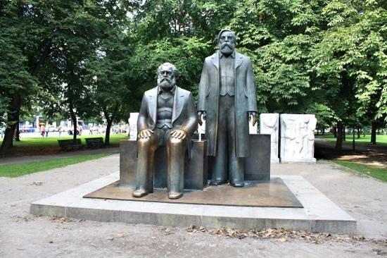 Marx-Engels-Forum: Marx-Engels statue.