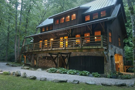 Nantahala River Lodge: View of the lodge from the river