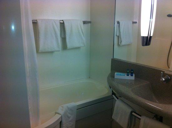 Novotel Aix en Provence Pont de l'Arc : La salle de bain