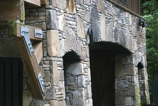 Nantahala River Lodge: Beautiful stonework created by local craftsmen
