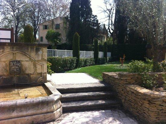 Novotel Aix en Provence Pont de l'Arc : Une fontaine présente sur la terrasse