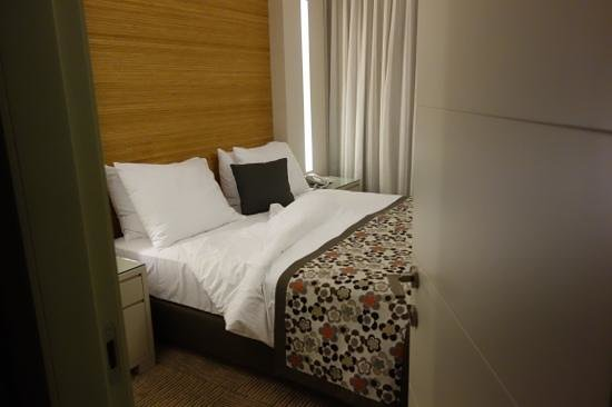 Ramada Hotel and Suites Netanya: dormitorio