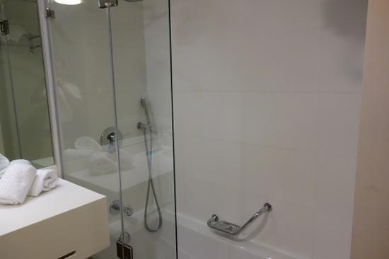 Ramada Netanya: detalle baño
