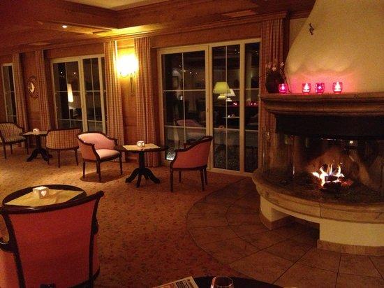 Ferienhotel Fernblick: Salon am Abend vor dem Kamin