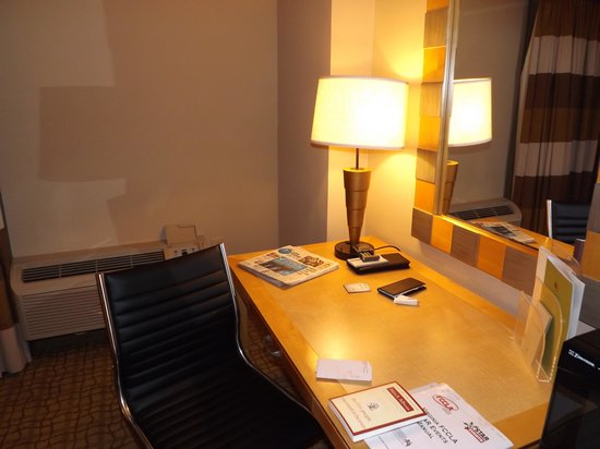 DoubleTree by Hilton Hotel Virginia Beach: 337 desk