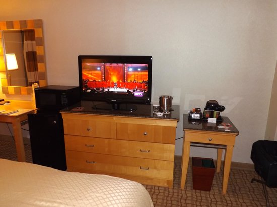 DoubleTree by Hilton Hotel Virginia Beach: 337 tv/fridge
