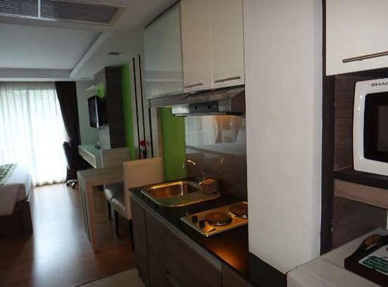 iCheck inn Residences Sukhumvit 20: The kitchen area