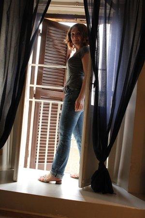 Blue Hostel: Окно-балкон из номера