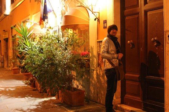 Blue Hostel: Дверь в дом которую и вы будете открывать приехав в Рим в The Bluehostel