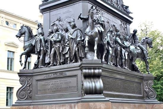 Humboldt Tours Berlin -Tours: Impressive berlin statue/monument.